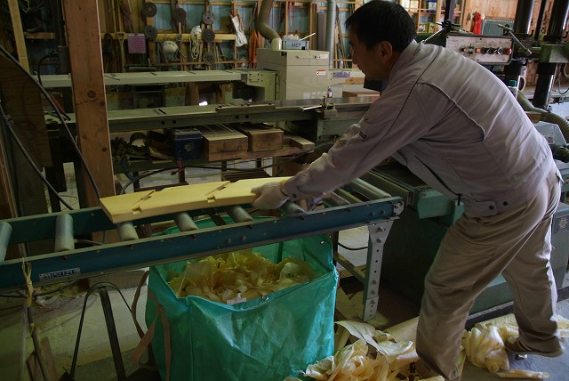 輪を作る横板の仕上げ研磨です。防腐材がよく付着することと、ぬれたあとの水切りに役立ちます