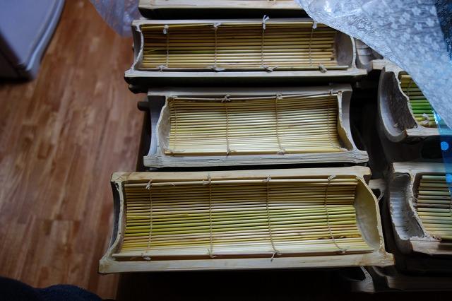 蕎麦の器です。竹を半分に割って作りました。すのこもつくりました。炭俵を作るときの経験が活かされました。一つ1つが手編みです。材料?秋によく見られる植物です・・・
