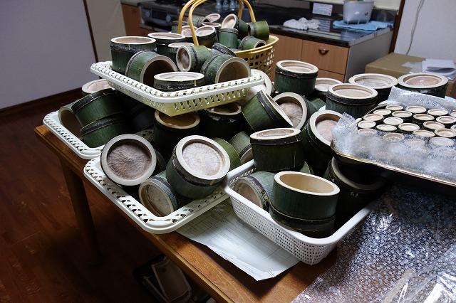 特別の器を用意しまました。地生する孟宗竹を利用した。地元全員で竹やぶより切り出し器ひとつひとつを手で仕上げました。